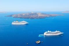Kreuzschiff nahe Vulkan von Santorini Stockfoto