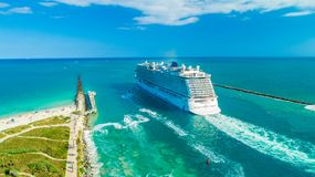 Kreuzschiff-norwegischer Glückseingang zu Atlantik stockfotografie