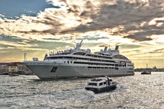 Kreuzschiff Ponant und Boote in der venetianischen Lagune stockbild