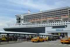 Kreuzschiff Queen Marys 2 koppelte am Brooklyn-Kreuzfahrt-Anschluss an Stockbilder