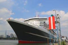 Kreuzschiff Queen Marys 2 koppelte am Brooklyn-Kreuzfahrt-Anschluss an Lizenzfreie Stockfotografie