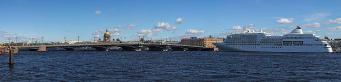Kreuzschiff in St Petersburg, Russland Stockfotografie