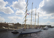 Kreuzschiff-Stern-Flieger am Promenaden-DES Anglais St Petersburg Lizenzfreie Stockfotos