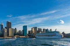 Kreuzschiff in Sydney Harbour mit Wolkenkratzern Sydneys CBD auf dem Hintergrund Reise und Wanderlust, die Welt erforschend lizenzfreie stockbilder