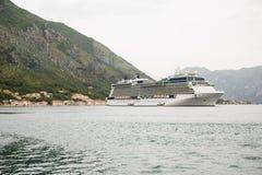 Kreuzschiff und Rettungsboote in Kotor-Bucht Lizenzfreies Stockfoto