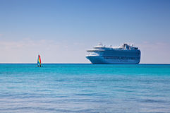 Kreuzschiff und Segelboot in Karibischen Meeren Stockfoto