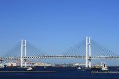 Kreuzschiff und Yokohama baybridge Lizenzfreie Stockfotos