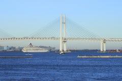 Kreuzschiff und Yokohama-baybridge Stockfotografie