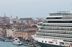 Kreuzschiff in Venedig Stockfotos
