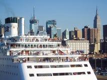 Kreuzschiff verankert am Stadtmitte-Pier Stockfoto