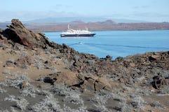 Kreuzschiff verankert in Sullivan Bay, Galapagos Stockbilder