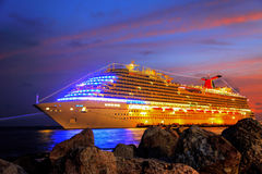 Kreuzschiff verankert vor Curaçao Stockbild