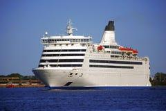 Kreuzschiff verlässt das Meer Lizenzfreie Stockfotografie