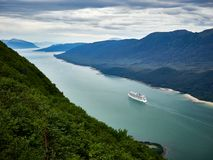Kreuzschiff verlässt Juneau-Hafen Alaska lizenzfreie stockfotos