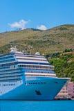 Kreuzschiff weg von Hilly Coast Lizenzfreie Stockfotos