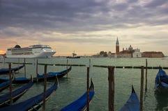 Kreuzschiff, welches die Venedig-Lagune an der Dämmerung betritt Stockbild