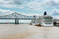 Kreuzschiffe angekoppelt in New Orleans lizenzfreie stockfotos