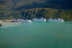 Kreuzschiffe, die bei Alaska ankoppeln Stockfotos