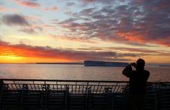 Kreuzschifffluggäste, die Fotos des Sonnenuntergangs machen Stockbild