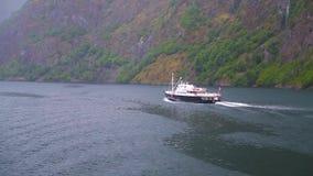 Kreuzschiffsegeln entlang dem Fjord stock footage