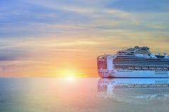 Kreuzschiffsegeln im Meer Lizenzfreie Stockbilder