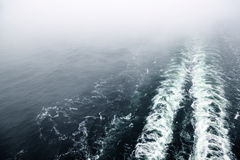 Kreuzschiffspur oder -spur auf Ozeanoberfläche Stockbilder