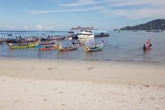 Kreuzschifftouristen, die auf Patong-Strand ausschiffen lizenzfreies stockbild