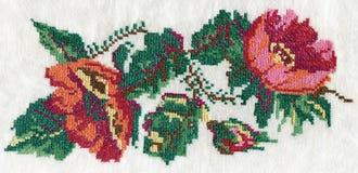 Kreuzstich mit rosa Pfingstrosenblumenstrauß lizenzfreie stockfotografie