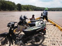 Kreuzung auf dem Bengawan Solo Fluss, Lizenzfreie Stockfotos