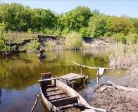 Kreuzung auf einem hölzernen Stocherkahnboot durch den Fluss Samara ukraine lizenzfreies stockbild