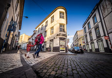 Kreuzung der Straße in Ponta Delgada Stockfotos
