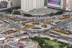 Kreuzung mit Bussen und Trams in Warschau stockbilder