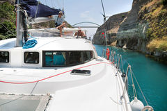 Kreuzung mit einer Katamaran- oder Segeljachtabflussrinne der Kanal von Korinth lizenzfreies stockbild