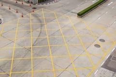 Kreuzung mit weißen Pfeilen der Fahrbahnmarkierung und Rechtecke auf asphal Lizenzfreie Stockfotos