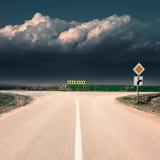 Kreuzung mit Zeichen der Priorität des Durchganges Stockfoto