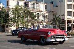 Kreuzung und klassisches altes amerikanisches Auto Stockfotos