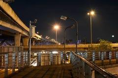 Kreuzung unter den Autobahnbrückenüberwachungskameras Stockfoto