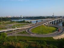 Kreuzung von Straßen mit zwei Ringen und einer Brücke Stockfotografie