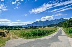 Kreuzungen in den Alpen Stockfotografie