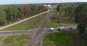 Kreuzungen der Straße und der Eisenbahn, der Schnitt der Schiene und Straße Eisenbahn in einer schönen Waldfläche stock video footage