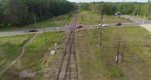 Kreuzungen der Stra?e und der Eisenbahn, der Schnitt der Schiene und Stra?e Eisenbahn in einer sch?nen Waldfl?che stock video