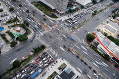 Kreuzungen und Verkehr an der beschäftigten Kreuzung Südamerika Lizenzfreies Stockfoto