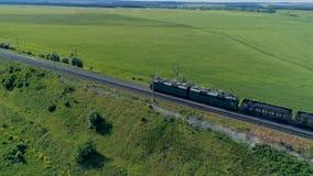 Kreuzungseisenbahnbrücke des Güterzugs Bahnfrachttransport, der Waren liefert stock footage