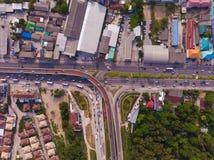 Kreuzungslandstra?e im l?ndlichen Gebiet von einer gr?nen Plantage von einer Vogelschau in Thailand, Draufsicht stockfoto