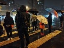 Kreuzungsnachtszene des Regentages in Peking stockbilder