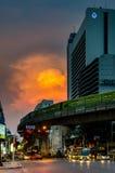 Kreuzungsverkehr Silom - Naradhiwas Rajanagarindra mit nettem bewölktem Himmel Stockbilder