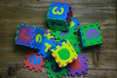 Kreuzworträtsel-Blockschrift mit hölzernem Hintergrund Lizenzfreies Stockbild