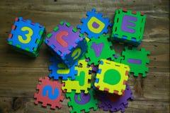 Kreuzworträtsel-Blockschrift mit hölzernem Hintergrund Lizenzfreie Stockbilder