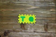 Kreuzworträtsel-Blockschrift mit hölzernem Hintergrund Stockbilder