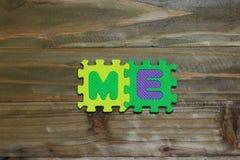 Kreuzworträtsel-Blockschrift mit hölzernem Hintergrund Stockfoto
